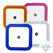 Ночник неоновый светодиодный, квадратный, синий Ночник - небольшой декоративный светильник, который используется для подсветки помещений в темное время суток. Ночники помогают ориентироваться в темном помещении, создают мягкую и приглушенную атмосферу, не мешая при этом отдыхать или спать. Ночник неоновый светодиодный, квадратный, синий очень удобная модель, которую можно разместить в любом помещении: комнате, спальне, коридоре, кабинете, прихожей, лестнице. И тогда, с наступлением темного времени суток, вам не придется спотыкаться или искать на ощупь выключатель, если вам ночью потребуется выйти на кухню или зайти в детскую. Такие ночники включаются с наступлением темноты и горят белым не ярким светом. Светодиодный неоновый ночник включается в розетку и, в качестве его дополнительного преимущества является отсутствие провода. Диодный ночник имеет минималистический дизайн, позволяющий использовать его в различных по стилю и назначению помещениях, а благодаря ярко-синей неоновой окантовке вы с легкостью найдете дорогу в темноте, не включая верхнее освещение. Данная модель ночника подойдет практически к любому по дизайну помещению. Применение: для местного освещения ночник для любых помещений Преимущества: экологичный экономичный мягкое свечение В нашем интернет-магазине 7Garden, Вы найдете широкий выбор шлангов, опрыскивателей, поливочных пистолетов, систем капельного орошения, брандспойтов, оросителей, соединительной и другой фурнитуры, бытовых товаров и одежды. Характеристики Основные Страна производитель Китай Количество источников света 1 Материал плафона, подвесок Пластик Материал каркаса пластик Тип лампы Светодиодная Цвет Синий Тип Ночник Лампочки в комплекте Нет Цвет арматуры (основания) Белый Состояние Новое Тип крепления На поверхность Габаритные размеры Высота 65 мм Ширина 65 мм Длина 65 мм Вес 100 г